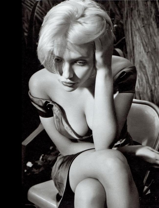 Скарлетт Йоханссон грудь черно белое фото короткая стрижка