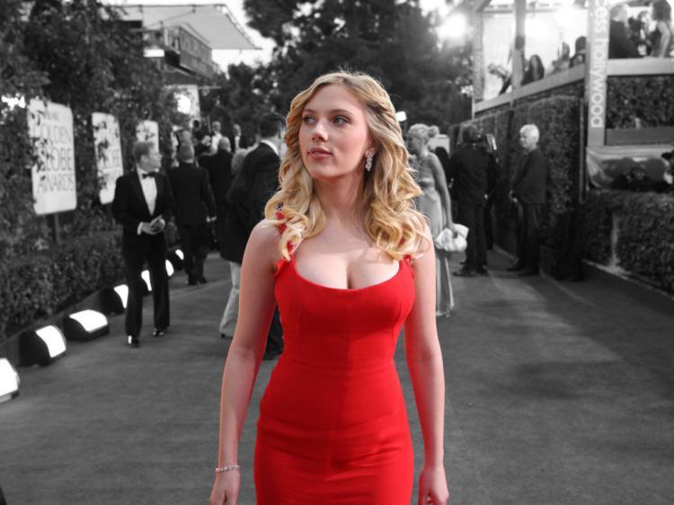 Скарлетт Йоханссон в красном узком платье хорошо видна грудь
