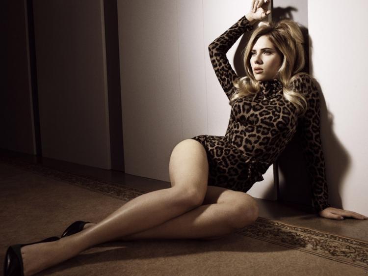 Скарлетт Йоханссон горячие фото черно белое в леопардовом боди с длинным рукавом полулежит возле стены на полу, туфли на каблуке