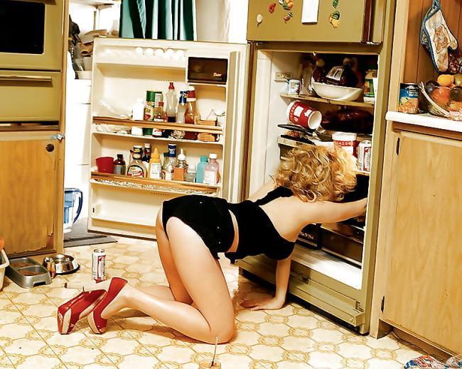 Скарлетт Йоханссон фото раком в черных шортиках коротком топике, что то ищет в холодильнике красные туфли, высокий каблук