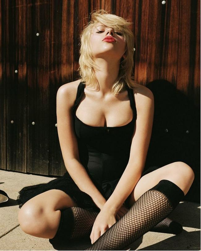 Скарлетт Йоханссон в черном коротком платье черных ажурных гольфах сексуальная поза на кровати
