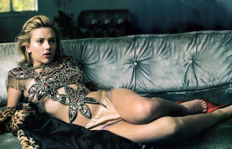 Скарлетт Йоханссон фото лежит на диване в трусиках на теле какая то аппликация