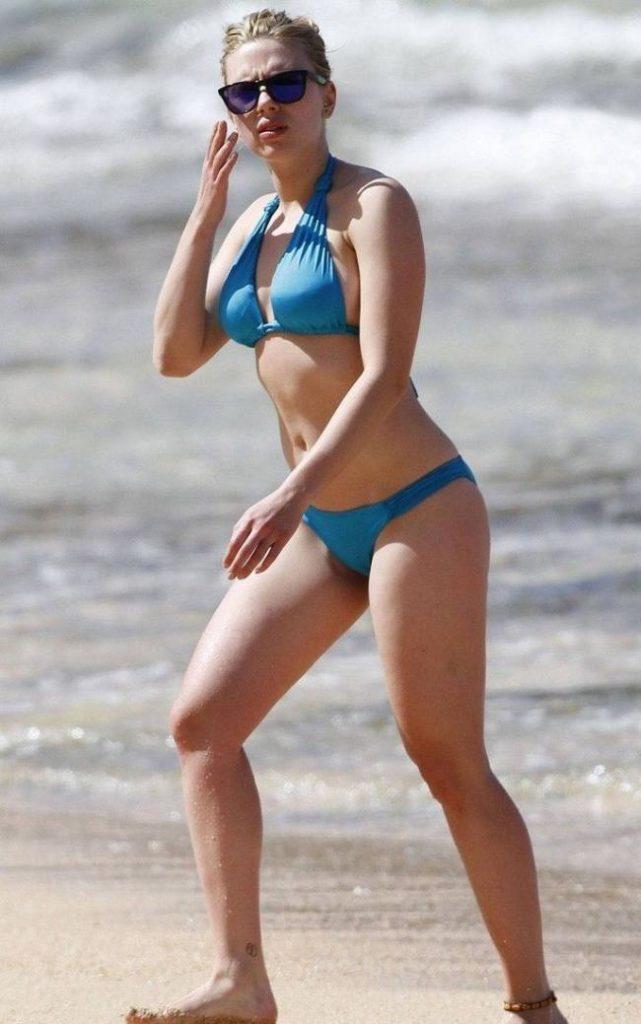 Она в голубом купальнике идет