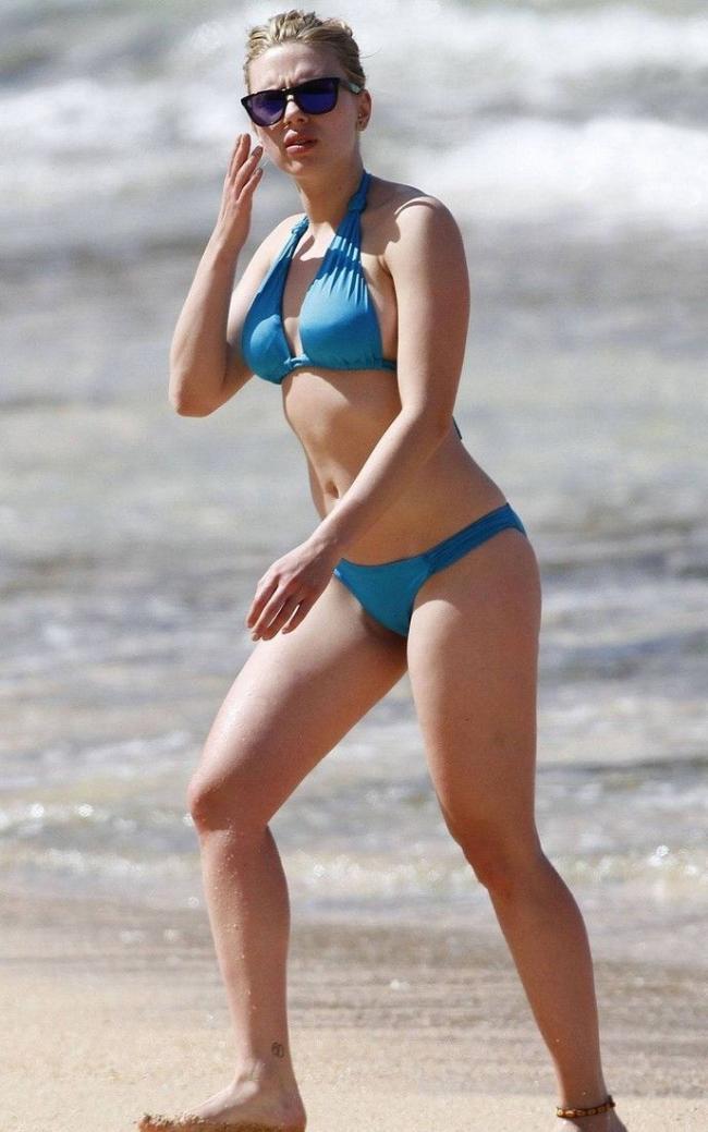 Скарлетт Йоханссон в купальнике голубого цвета в солнечных очках идет по пляжу
