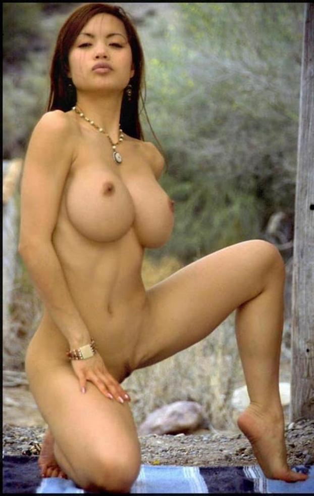 голая азиатка стоит на колене сиськи большие.