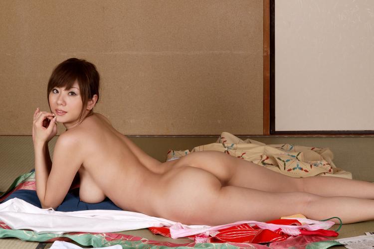 фото голых сексуальных азиаток лежит на животе на покрывалах выложенных на полу