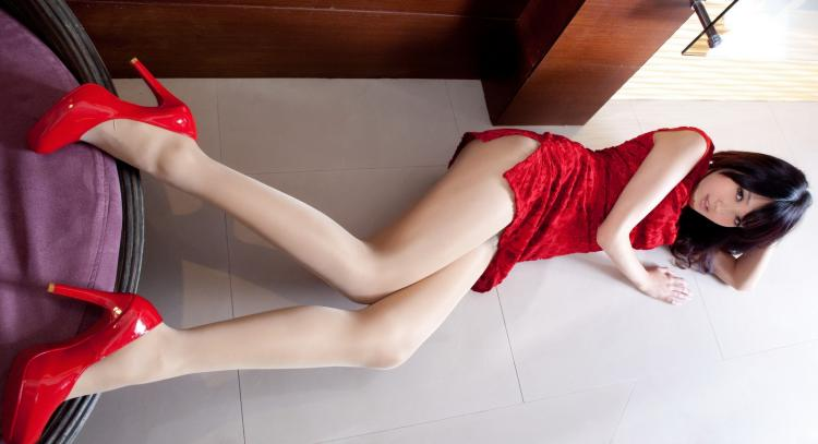 Шикарные красные туфли на каблуке. короткое красное платье, ноги от ушей