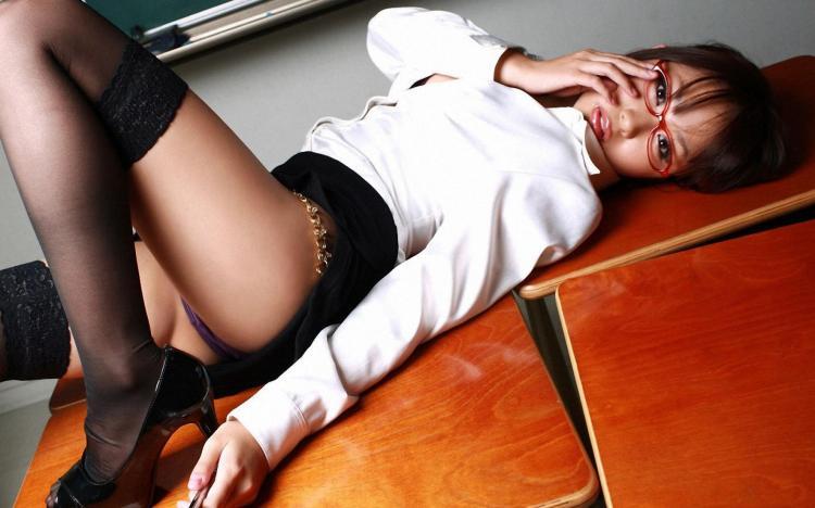 сексуальные девушки азиатки фото в очках лежит на столе короткая юбка чулки туфли на высоком каблуке