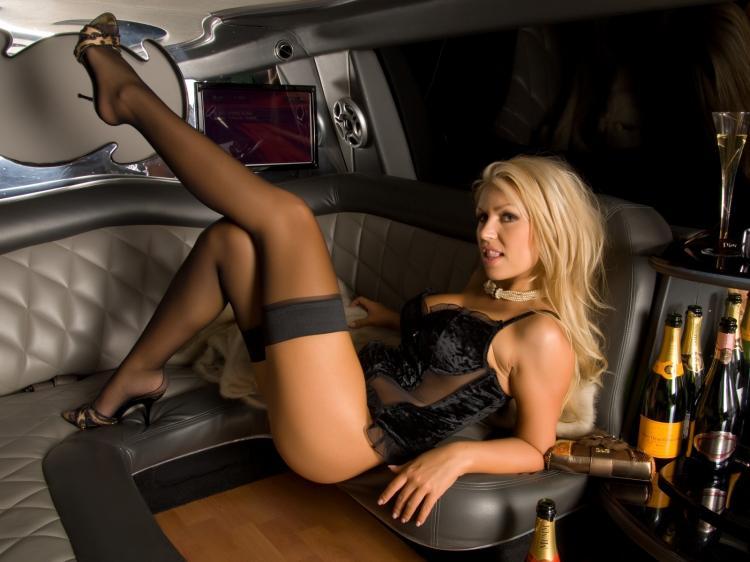 Шикарная блондинка задироет ноги в чулках в лимузине.