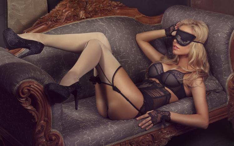 Диван, блондинка в маске в черном белье, черные гипюровые перчатки открыты пальчики, белые чулки на поясе, каблук