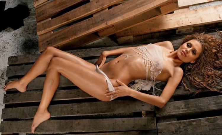 Виктория Боня фото полуобнаженная лежит сексуально изогнувшись спуская трусики руками