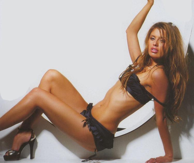 Виктория Боня в изысканном нижнем белье, обувь на высоком каблуке в сексуальной позе сидит на полу оперлапсь на левую руку