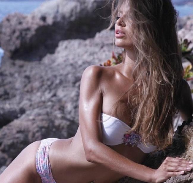 Виктория Боня горячие лежит на камнях в купальнике подняв голову сексуальные губы немного приоткрыты