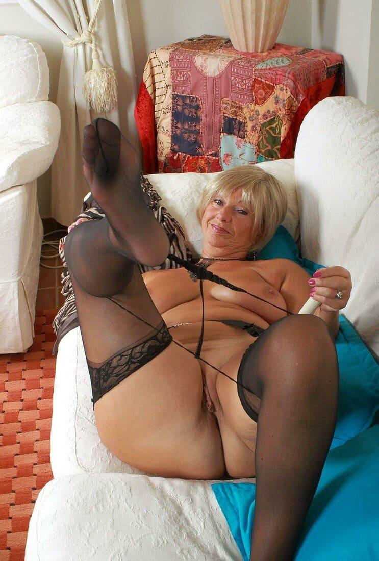 зрелые чулках колготках фото блондинка на диване стягивает стринги в парике короткий волос