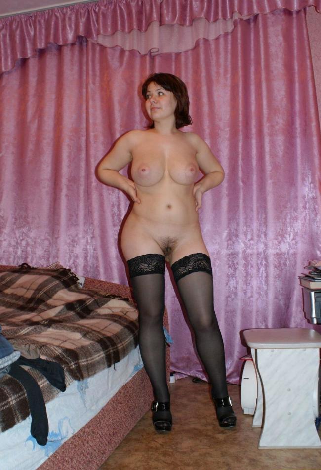 Домашнее фото голой зрелой женщины с волосатой писькой, в черных чулках, в туфлях