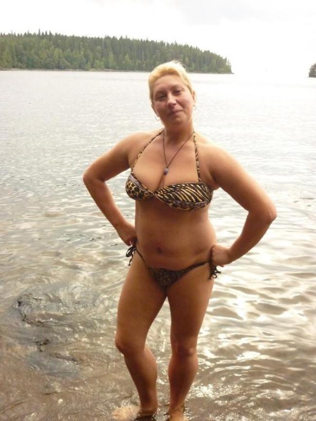 Зрелая женщина в купальнике бикини