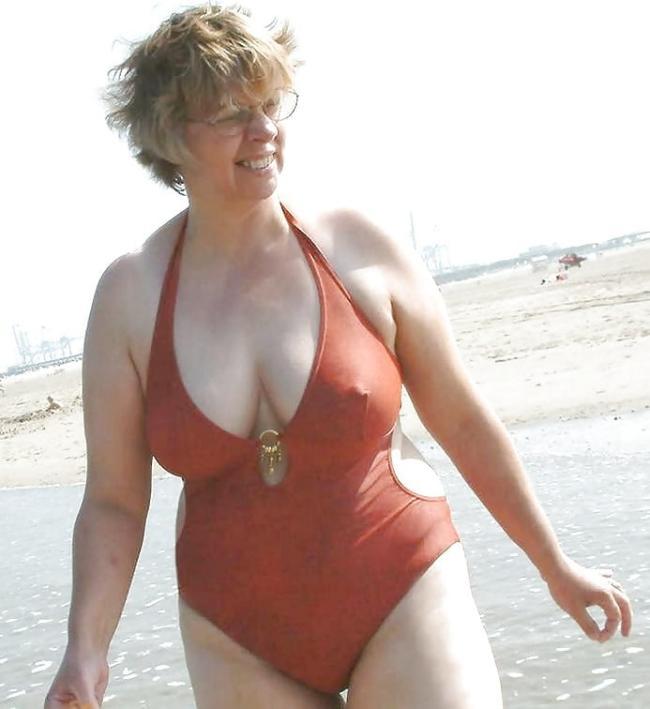 Женщина в сплошном купальнике соски торчат
