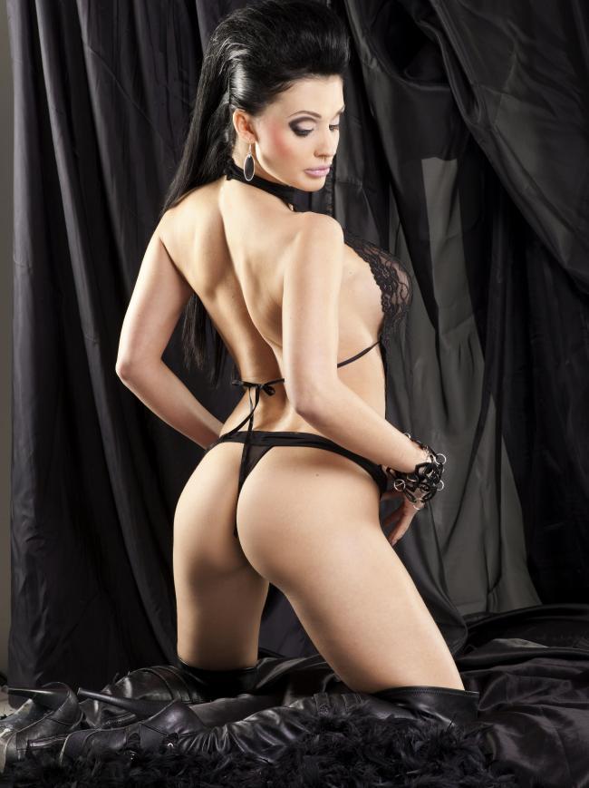 Алетта Оушен фото вид со спины, стоит на коленях на черном фоне