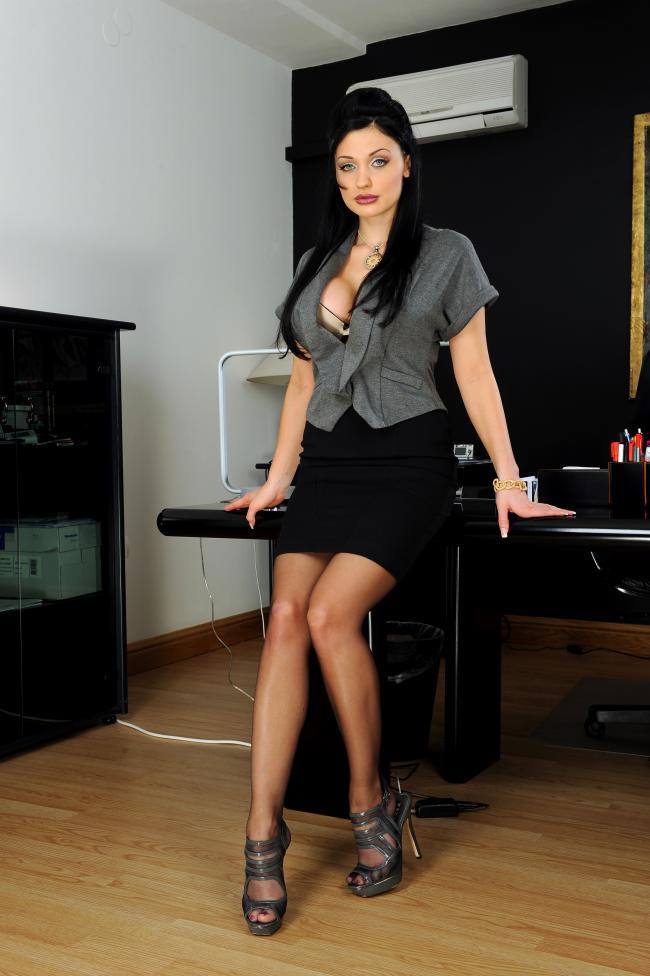 Короткая юбка, колготки, высокий каблук.