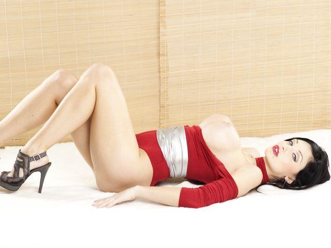 Красное боди, лежит ноги согнуты высокий каюлук.