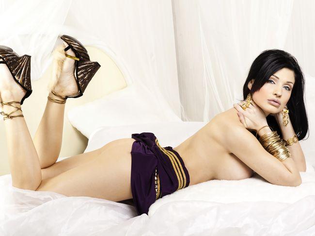 голая Алетта Оушен лежит на животе показывая свои ножки в туфлях на каблуке