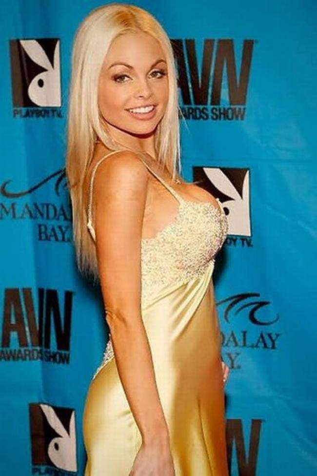 Джесси Джейн в обтягивающем платье на тонких плечиках стоит вполоборота