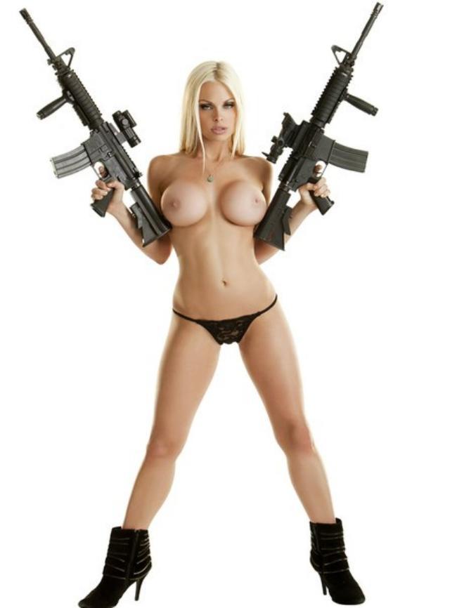 Джесси Джейн в бикини, полусапожки, с автоматами в руках