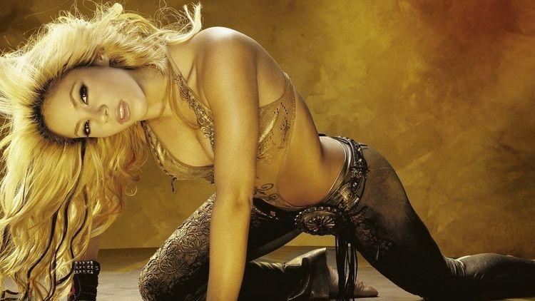 Шакира фото страстно смотрит на ней лифчик золотого цвета и штаны с ремнем