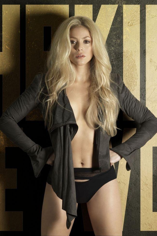 Шакира в трусиках в кофточке без лифчика.