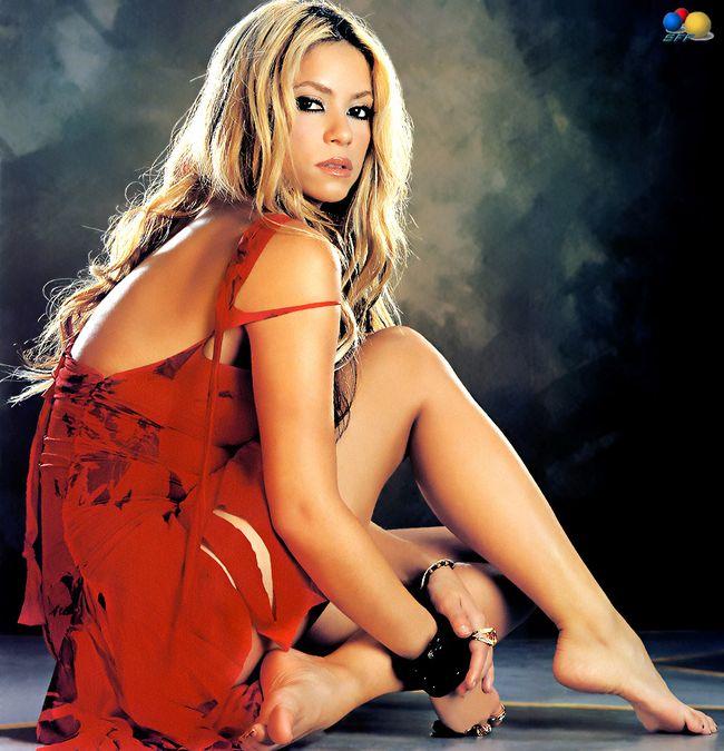 Шакира показывает нам свои прелестные ступни.