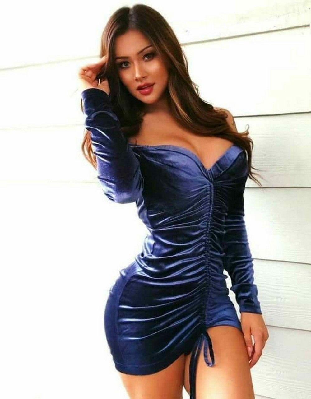 сексуальные девушки в обтянутых платьях стоит большое декольте, длинные волосы