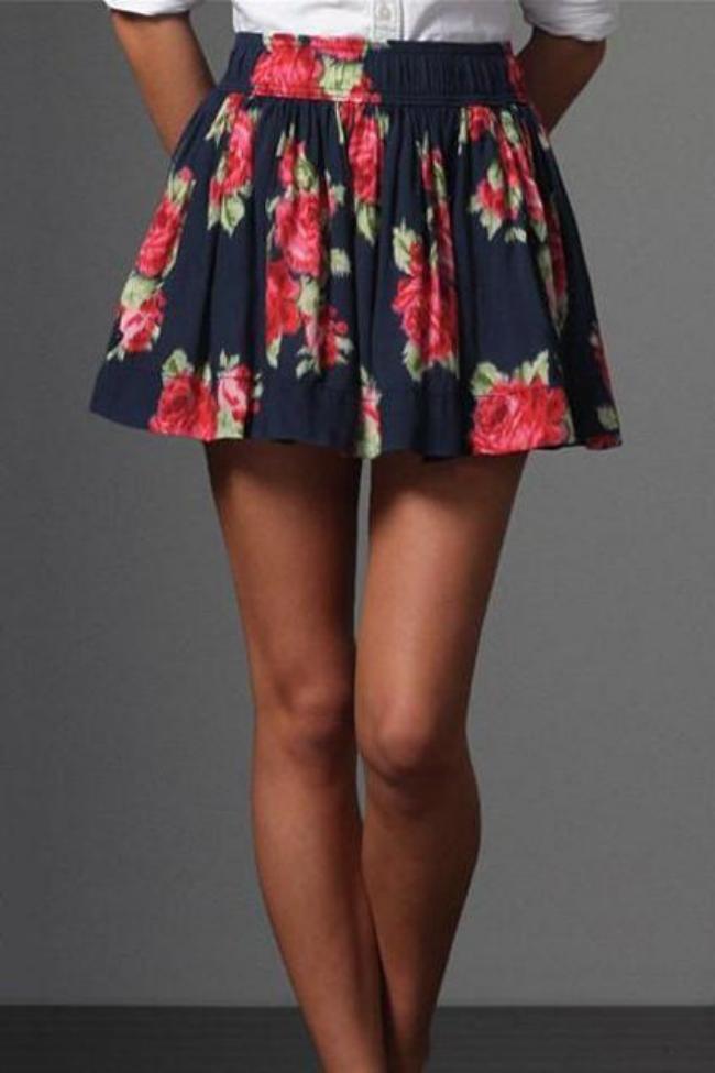 Короткая цветная юбка и красивые ножки.