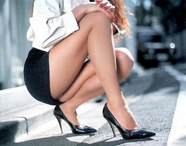 сексуальные девушки в обтягивающих юбках фото ножки в черных туфлях на каблуке яркий маникюр