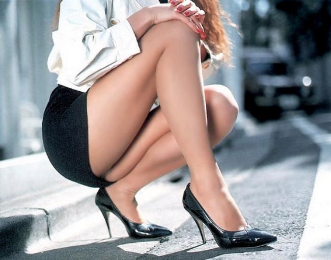 Черная юбка и ножки в обуви на каблуке.