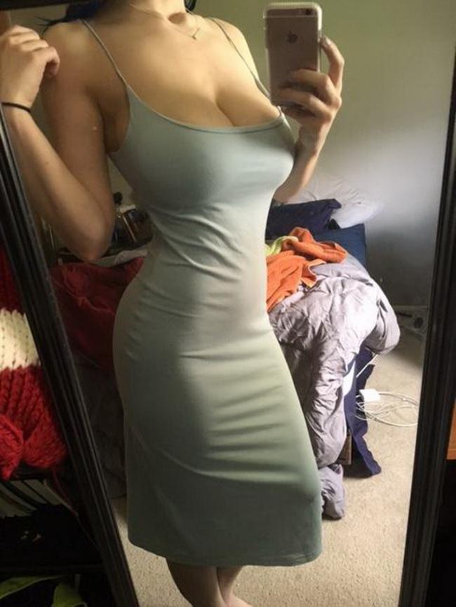 Девушка фотот без лица в обтягивающем платье.