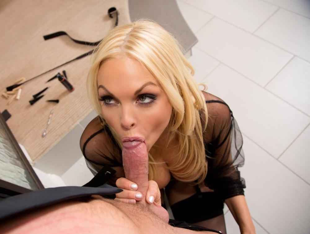 Джесси Джейн порно фото делает минет члену, обхватила пальчиками и старательно сосет
