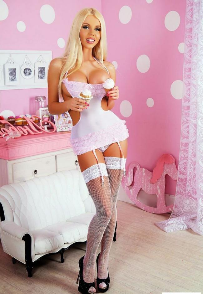Катя Самбука фото в красивом нижнем белье в белых чулочках на поясе, черные туфли на высоком каблуке, розовая комната. в руках мороженное