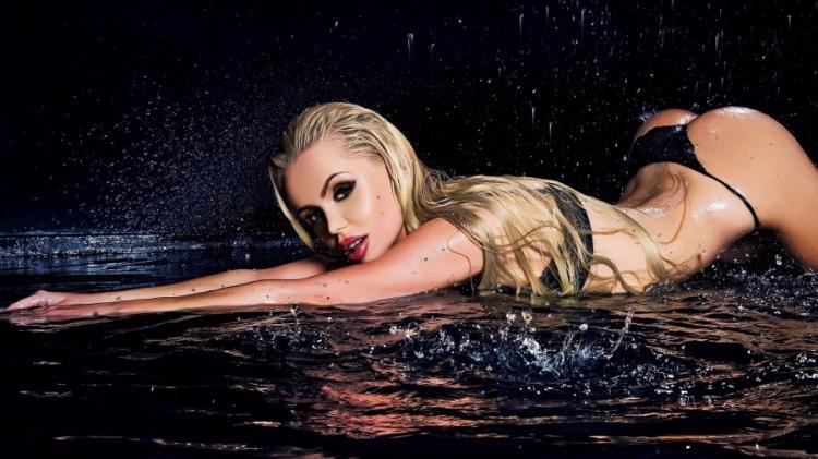Мокрая ночью в воде вид эротичен.