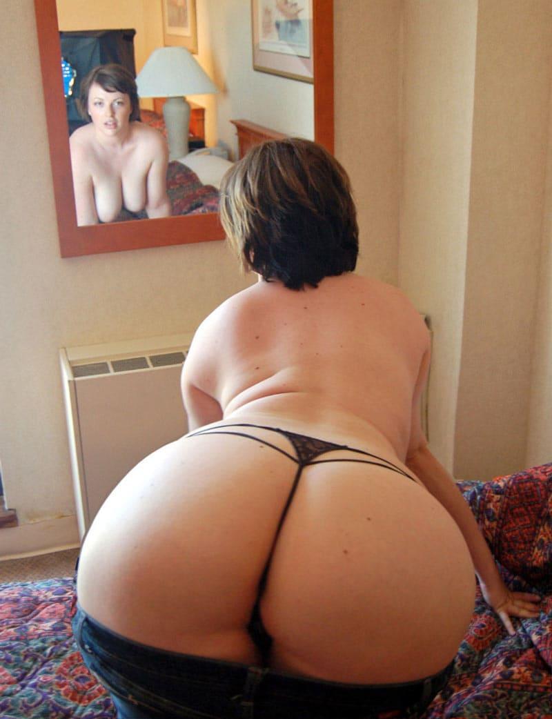 зрелая попа фото красивой женщины с короткой стрижкой в трусиках танго стоит раком, смотрит в зеркало, сиськи висят, рот приоткрыт, спустила немного джинсы открыв прекрасный вид на ляжки