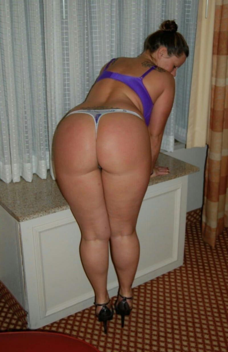 зрелая попа фото частное женщина стоит у окна немного нагнувшись вперед, сочные ляжки, трусики танго