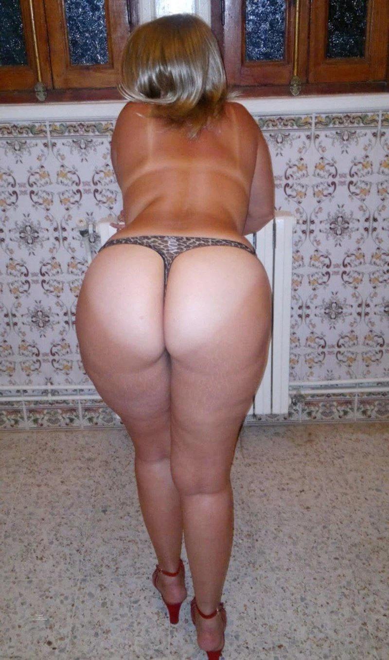 попа зрелой женщины блондинка немного согнулась вперед показывает свой красивый зад