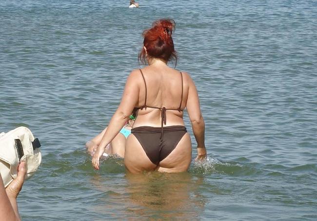 Зрелая попа заходит в море