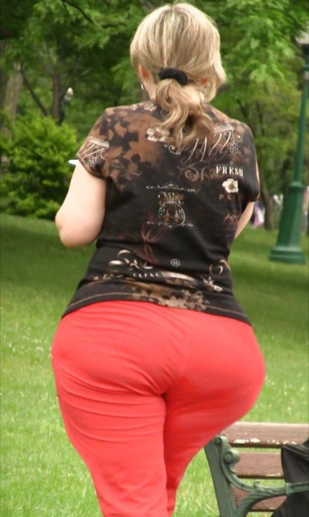 Попа в красных штанах