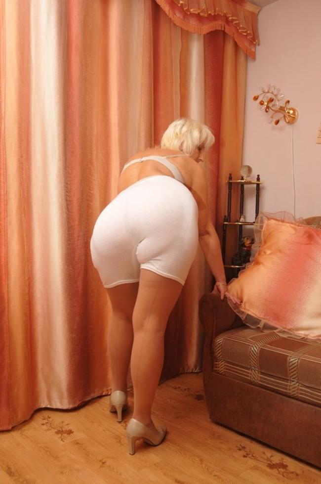 Зрелая красивая попа в белых панталонах