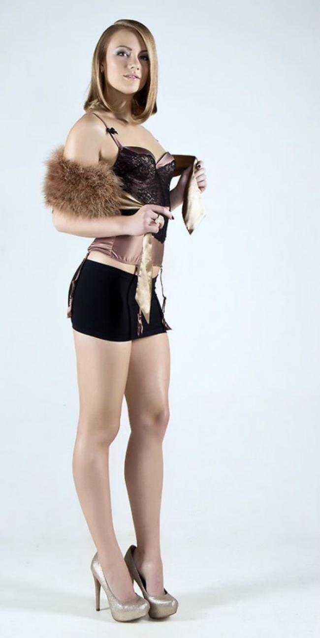 Александра Саитова (Раева) фото в коротко мини юбке, туфли на высоком каблуке