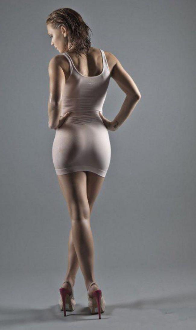 В обтягивающем платье без нижнего белья. вид сзади.