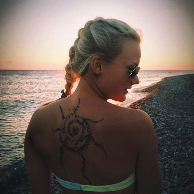 александра раева саитова фото со спины с видом на море закат