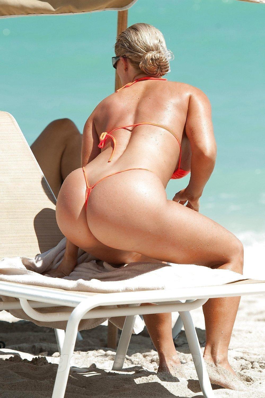 красивая зрелая попа купальник из веревочек практически голая блондинка немного привстала с лежака прогнулась вперед