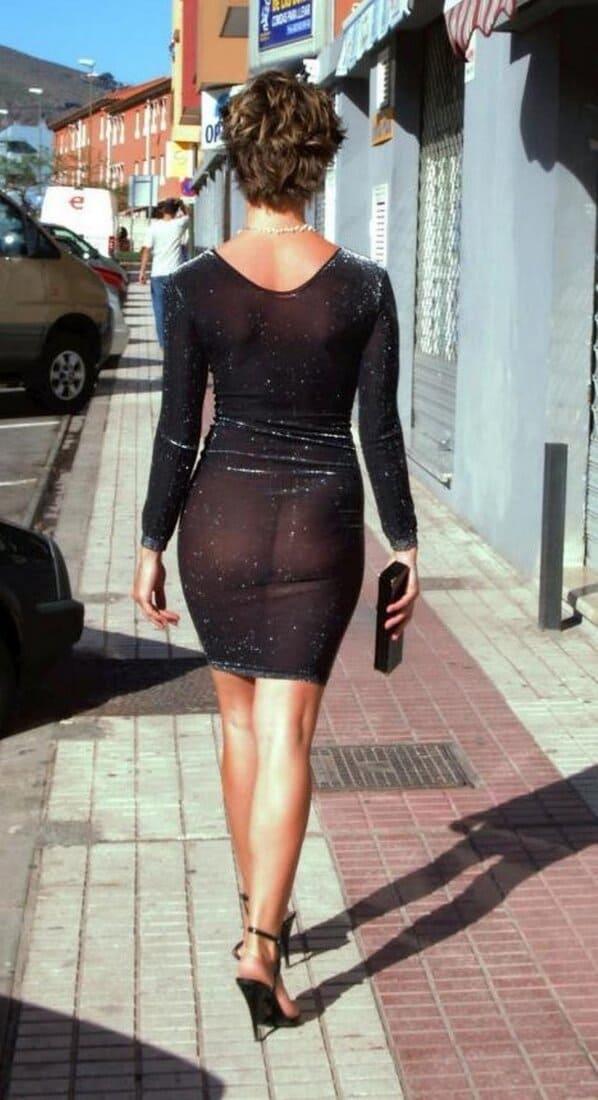 зрелые женщины в обтягивающих платьях с короткой стрижкой идет по улице в прозрачном черном коротком платье через которое просвещается попа на каблуках фото