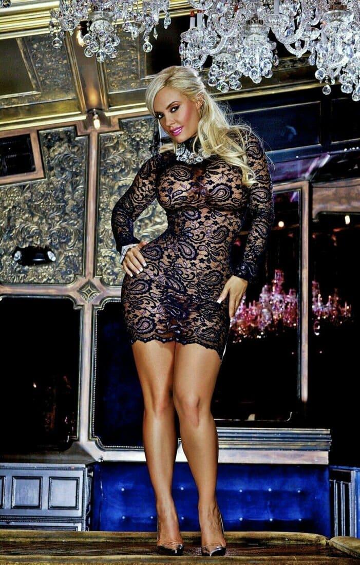 зрелые женщины в обтягивающих платьяхкрасивая блондинка с пышными телесами и большими сиськами стоит в коротком прозрачном черном платье фото